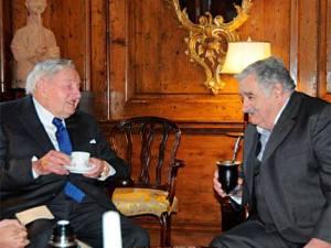Rockefeller y Mujica tomando mate. Al  precio que está la yerba, seguramente la pagó Rockefeller