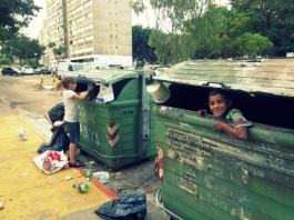 contendor; niños; basura