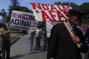 Jubilados realizan una concentración y caceroleos frente a la residencia presidencial de Suárez durante la realización del Consejo de Ministros en reclamo de jubilaciones dignas y eliminación de las AFAP